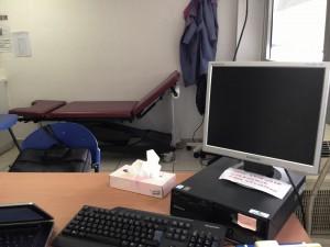 Une salle de consultation vue depuis le poste du médecin de l'UMJ