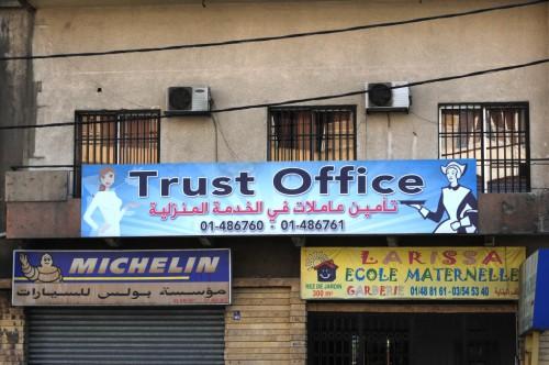 """Sous Trust office (le nom de l'entreprise fournissant des employées domestiques), on peut lire en arabe: """"fourniture d'employées pour le travail domestique"""" ©Houda Kassatly"""